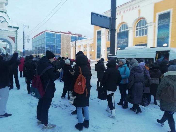 Много пермяков утром ждали автобус, чтобы уехать со станции