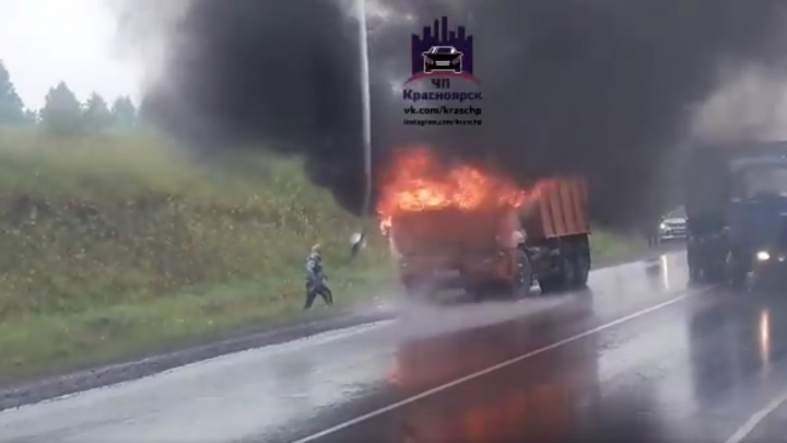 КАМАЗ вспыхнул во время дождя на трассе под Красноярском