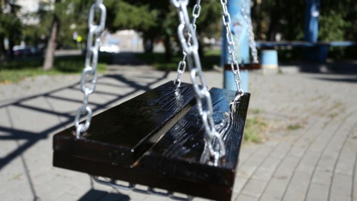 «Если ЧП, кто будет отвечать?»: из сквера в Челябинске убрали качели, установленные урбанистами