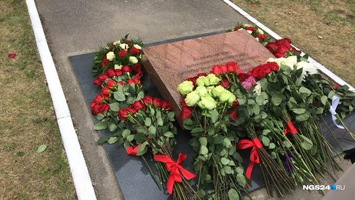 Прах Хворостовского скромно похоронили в сквере у института искусств