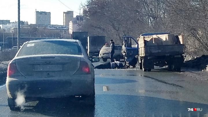 Сбитый пешеход и грузовик с щебнем парализовали выезд из Ленинского района Челябинска