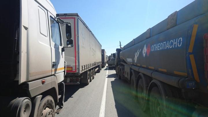 «Три часа уже стоим»: водителям грузовиков запретили двигаться по ЕКАД