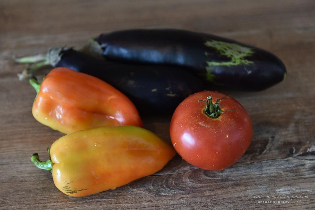 Дачные овощи уйдут в теплый салат, для этого их придется запечь в духовке