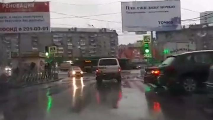 После публикации НГС власти перевесили знак, закрывающий светофор на площади Калинина