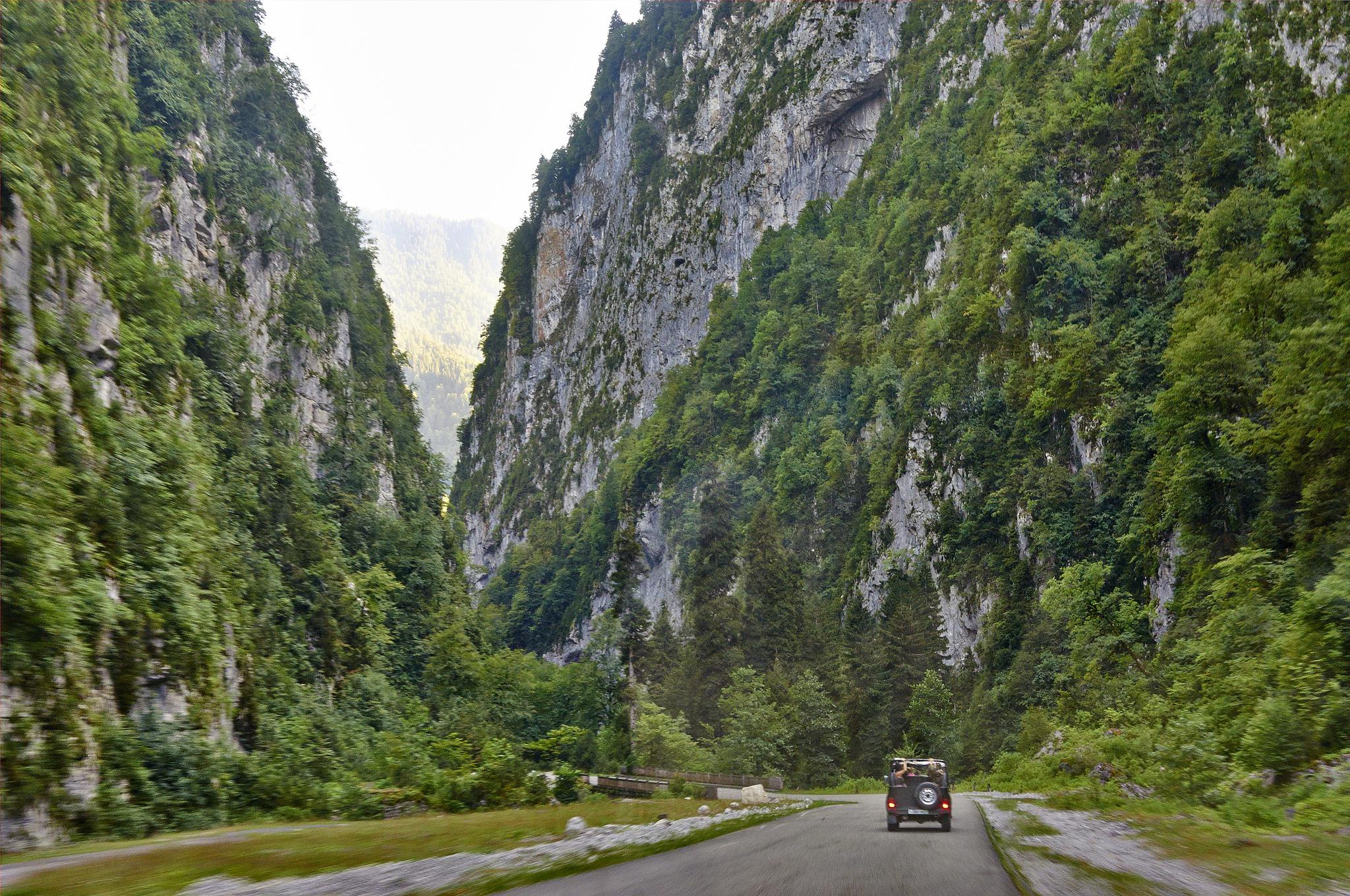 По количеству «инстаграмных» интерьеров застывшая в «совке» Абхазия не уступает Грузии