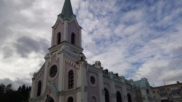 «Пытался окно разбить»: мужчина с ножом напал на патронажный центр при храме в центре Волгограда