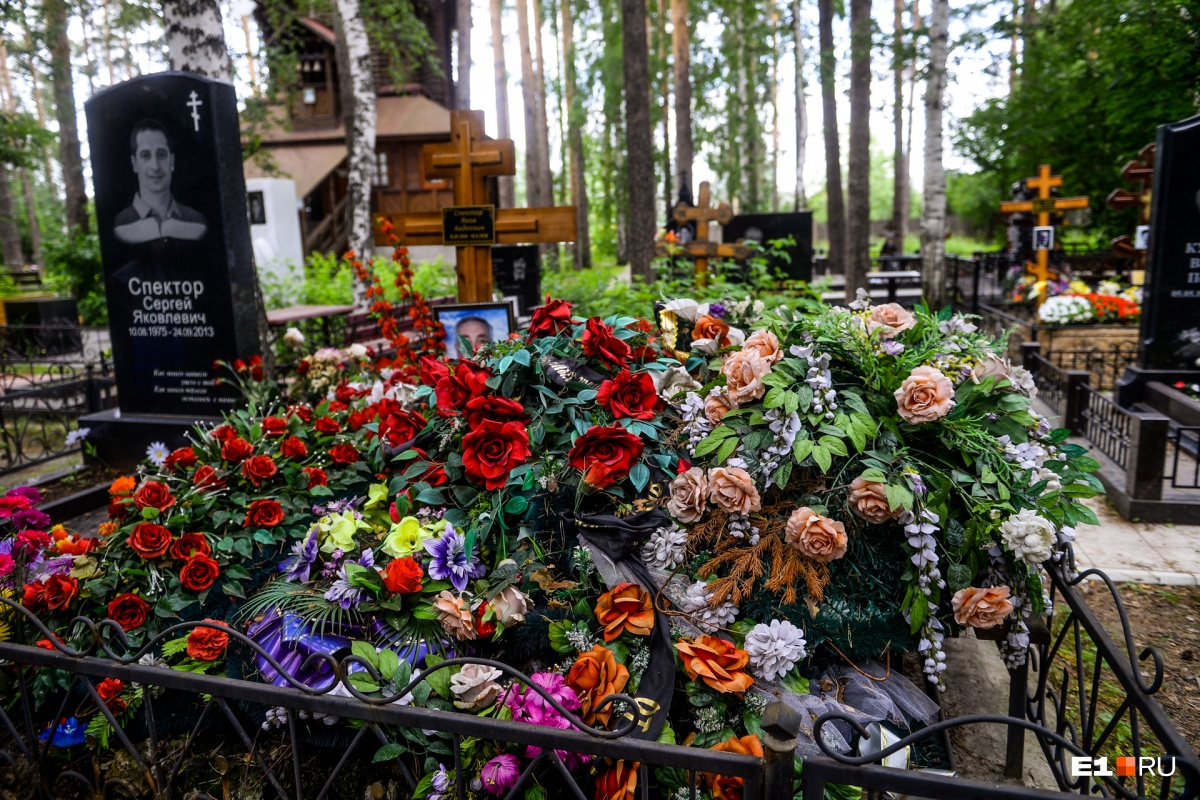 Могила Якова Спектора усыпана цветами. Рядом похоронен сын общественного деятеля