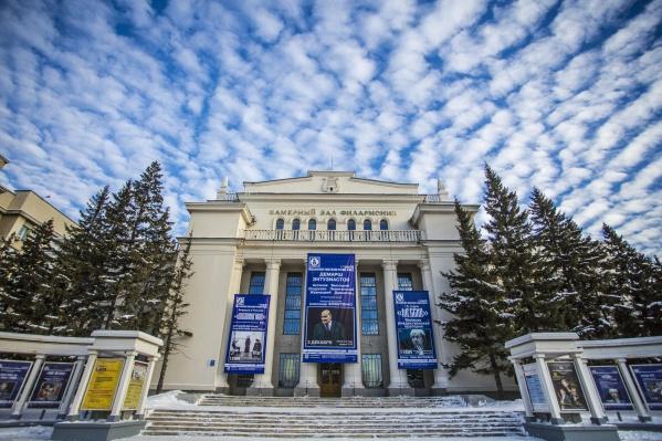 В 2019 году власти намерены отремонтировать несколько памятников архитектуры на Красном проспекте. На фото — Дом Ленина на Красном проспекте, 32, где работает камерный зал филармонии