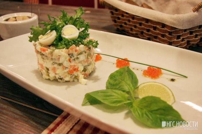 Самые дорогие ингредиенты для салата оливье —варёная колбаса, огурцы и зелёный горошек