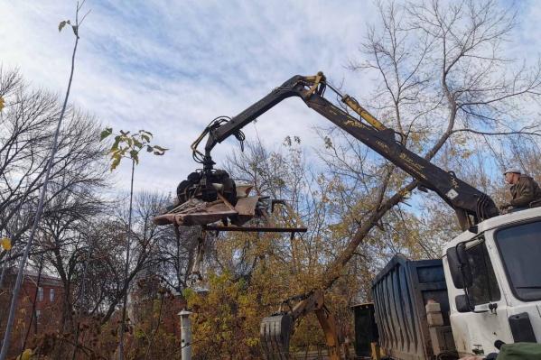 Чтобы разгрести «авгиевы конюшни» после снесенных гаражей, подрядчики используют «тяжелую артиллерию»