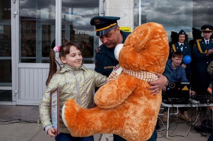 Полину в МЧС по Новосибирской области наградили грамотой и подарили огромного медведя