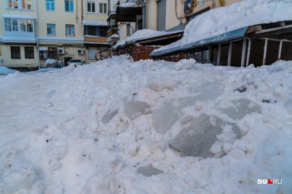 Чтобы во дворах не творилось такое, управляющие компании смогут бесплатно вывезти снег на полигоны