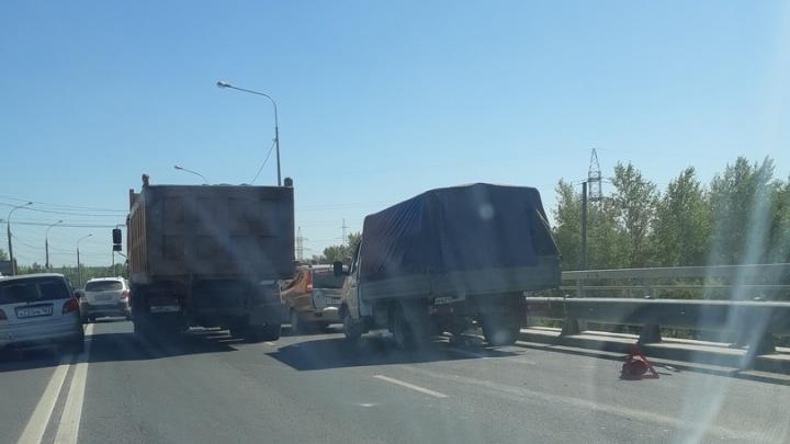 Движение встало: на Южном мосту притерлись грузовик и Chevrolet