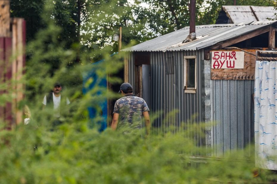 За забором от кладбища военнопленных стоит баня для работников Хилокского рынка