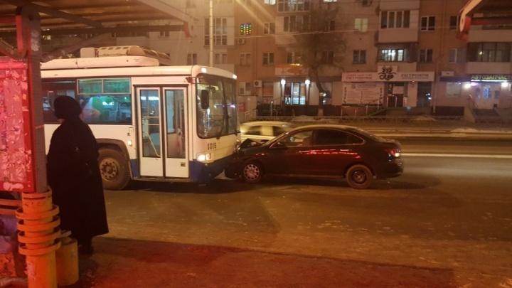 В центре Уфы иномарка протаранила троллейбус