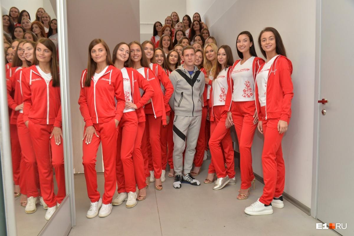 Девочки и модельер Дмитрий Шишкин