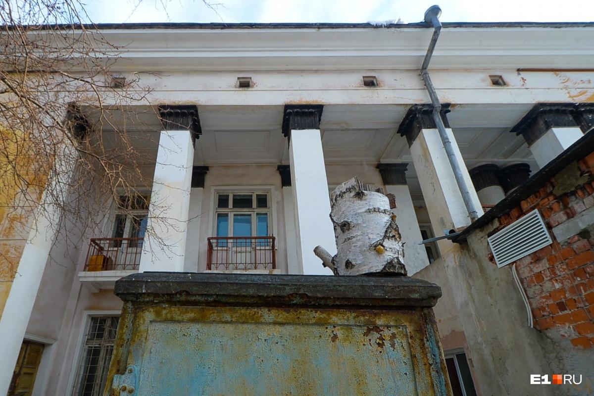 С обратной стороны дома балкончики и колонны