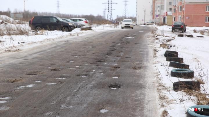 Как на Луне: через месяц после закрытия Тутаевского шоссе дороги в Брагино покрылись кратерами
