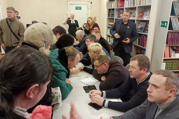 В конце встречи жители Бревенника смогли лично подойти со своим вопросом к чиновникам и депутатам
