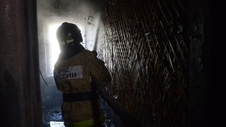 В Екатеринбурге на Гагарина вспыхнул огонь в жилом доме