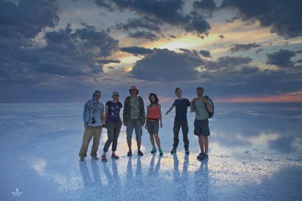 На фото по центру Евгения Тимонова и остальные участники экспедиции с сопровождающими