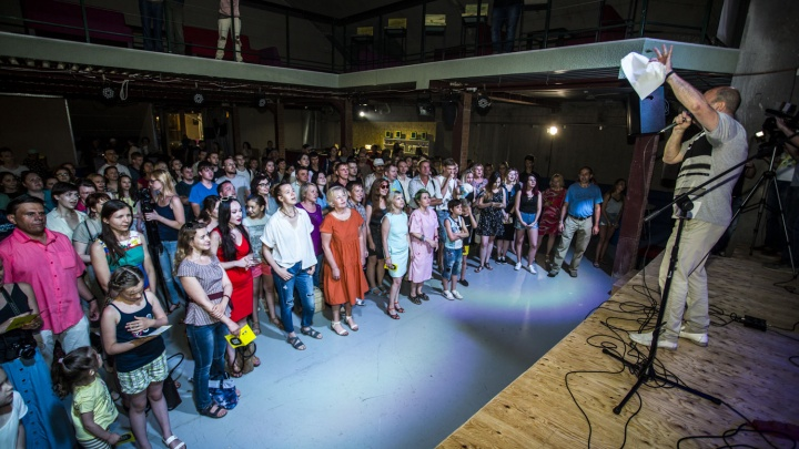 Две сотни новосибирцев хором спели песню «Звезда по имени Солнце»