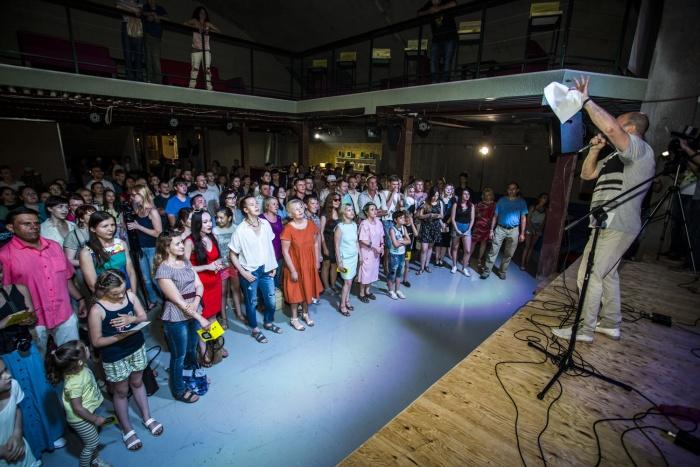 Новосибирцы поют «Звезду по имени Солнце»
