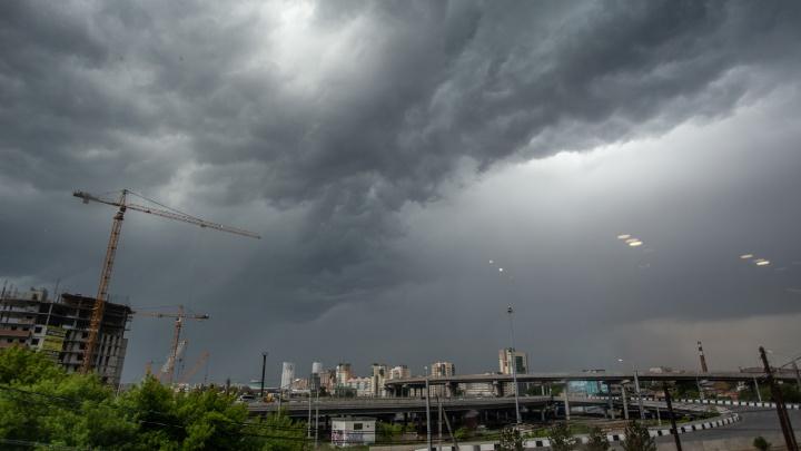 «Что-то разлетелось у них»: гроза обесточила в Челябинске два посёлка и торговый комплекс