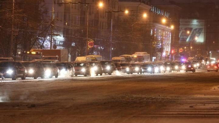 «Ощущение, что еду в сугробе»: центр Челябинска сковали 10-балльные пробки на нечищеных дорогах