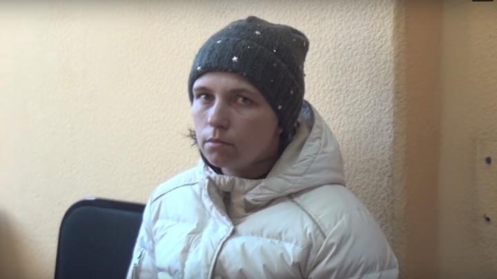 Бросившая четырёх детей приехала в Омск. Её начали допрашивать следователи
