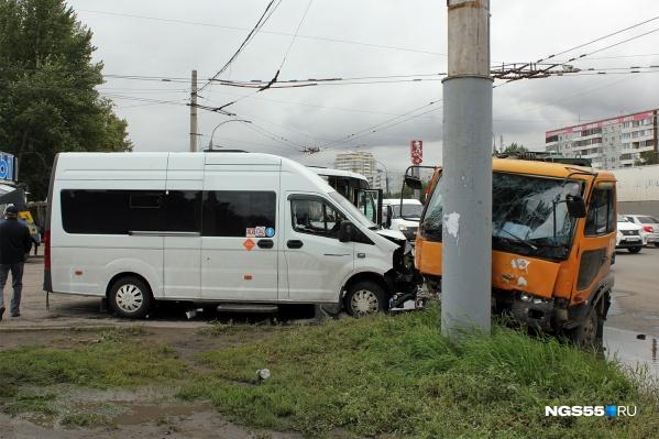 В результате аварии погиб 71-летний пассажир одной из маршруток