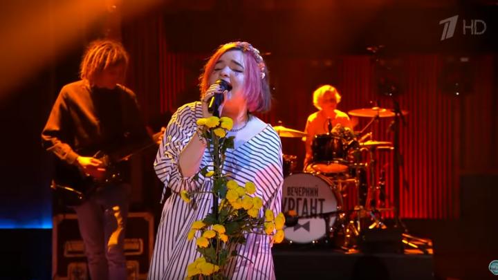 «В разноцветных носках, как обещала»: челябинская певица выступила в шоу «Вечерний Ургант»