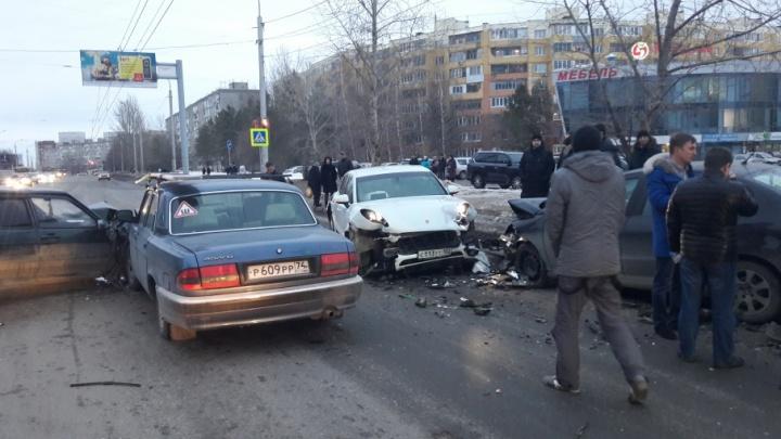 Массовая авария в Уфе: на оживленном перекрестке столкнулись Porsche и три легковушки