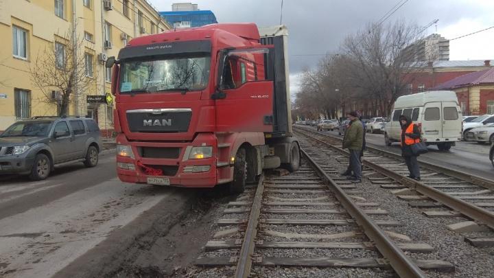 В Волгограде грузовик почтовой службы парализовал движение трамваев и машин
