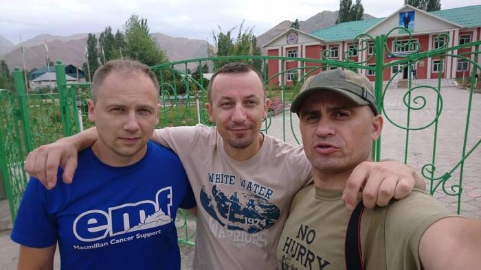 Руслан Тараканов (справа), Сергей Матвеев (в центре) иАндрей Родыгин (слева) отправились в горы в конце июля