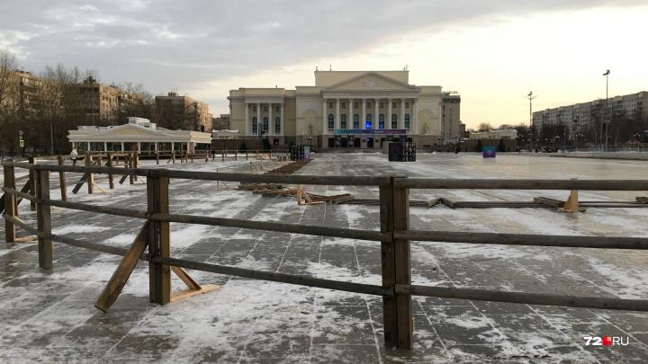 В Тюмени приступили к сооружению главного новогоднего катка