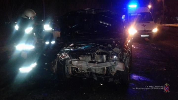 Четверо госпитализированы: под Волгоградом по вине пенсионера разбилисьВАЗ-21074 и Renault Logan