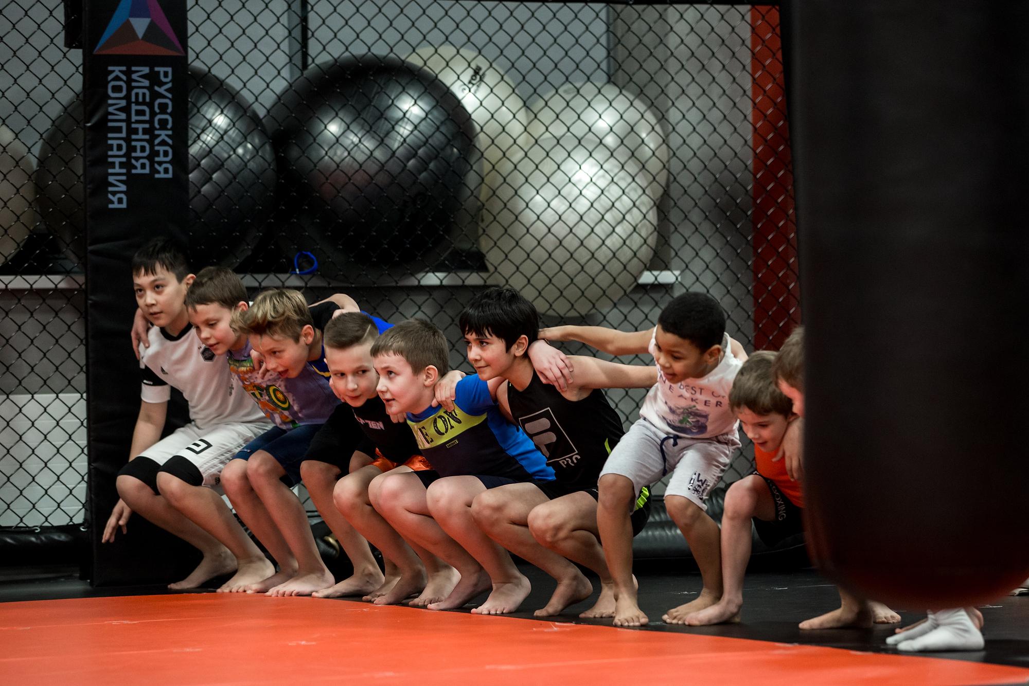 Позаниматься с опытным бойцом пришли и дети. Хотя сам Штырков считает, что нагружать детей тренировками ради профессиональной карьеры не самая лучшая идея.<br><br>«Путь профессионального спортсмена — это путь, которому ты отдаешь всю жизнь, а не просто ходишь и тренируешься. Детей не надо нагружать мыслями, что они будут профессиональными спортсменами, потому что лампочка может перегореть и мотивация пропадет. Ребенок хочет расти, развиваться, играть, а не тренироваться круглые сутки. Здесь очень тонкая грань между любовью и ненавистью к спорту. Всё должно быть постепенно, важно дать ребенку возможность самому сделать выбор», — говорит Иван Штырков<br>