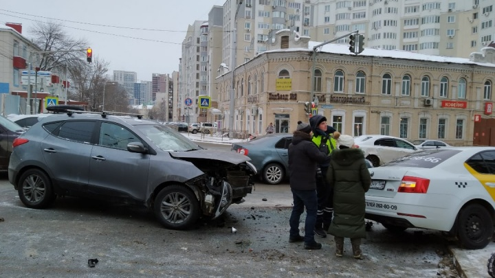 В центре Уфы в аварию попали машина такси и Hyundai IX 35, очевидцы сняли видео с места