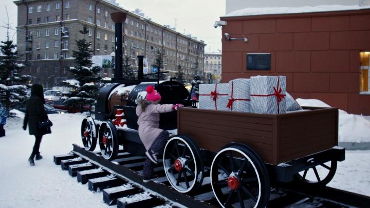 К зданию РЖД подогнали паровозик с подарками