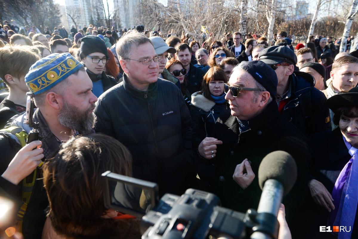 Лидер группы «Чайф» Владимир Шахрин тоже пришёл сегодня в сквер. А он, напомним,  выступает в поддержку храма