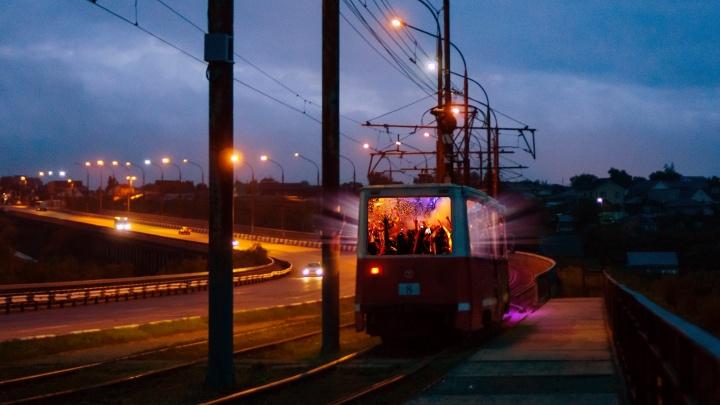 Шампанское, шарики и лепестки роз: как в омских трамваях устраивают романтические свидания
