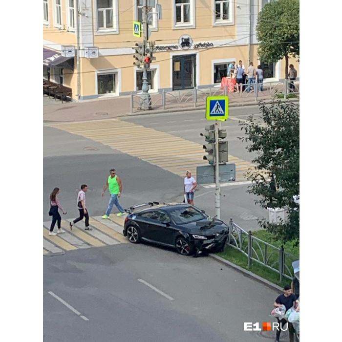 Водитель пролетел через пешеходный переход и врезался в ограждение