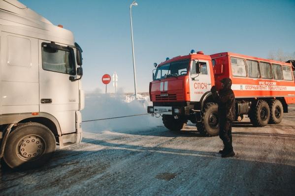 Если вы оказались на трассе в мороз и машина сломалась, вызывайте МЧС