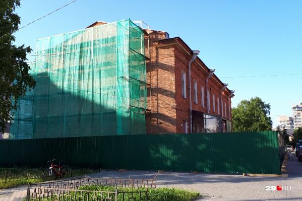 В июле здание музея оделось в строительные леса. Внутри тоже ведутся работы