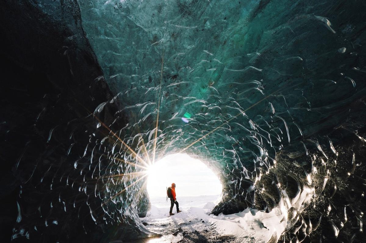 Снимок сделан в ледяной пещере, образованной в крупнейшем леднике Исландии — Ватнайёкюдле.«В кадре — наш гид Рейнир, водивший группу на ледник. Путешествие началось от ледяной лагуны: сначала на подготовленных внедорожниках около 30 минут, а затем в кошках пешком около часа», — пояснил Уницын