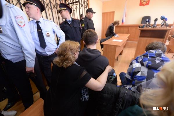 На парней надели наручники в зале суда