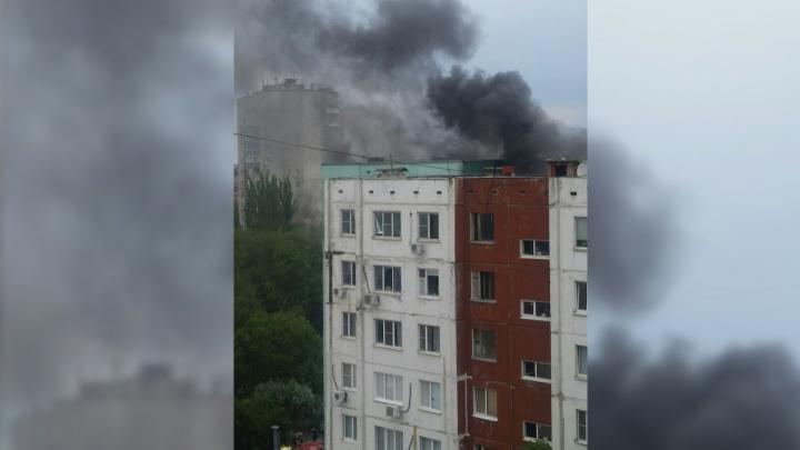 В Ростове на Западном горит жилой дом