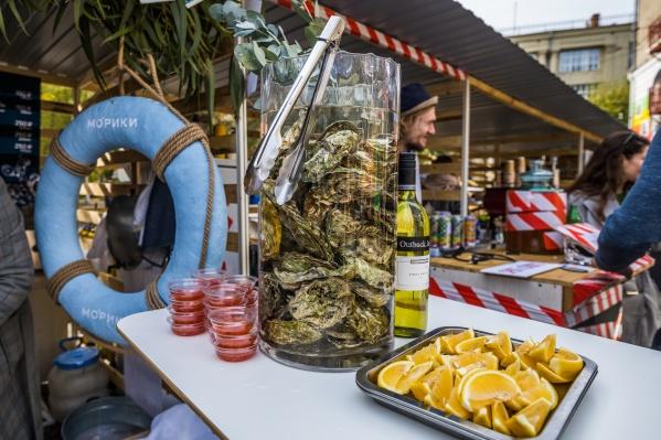 Устрицы на фестивале продаются живыми, есть их предлагают тоже живыми. Стоимость одной устрицы — 150 рублей