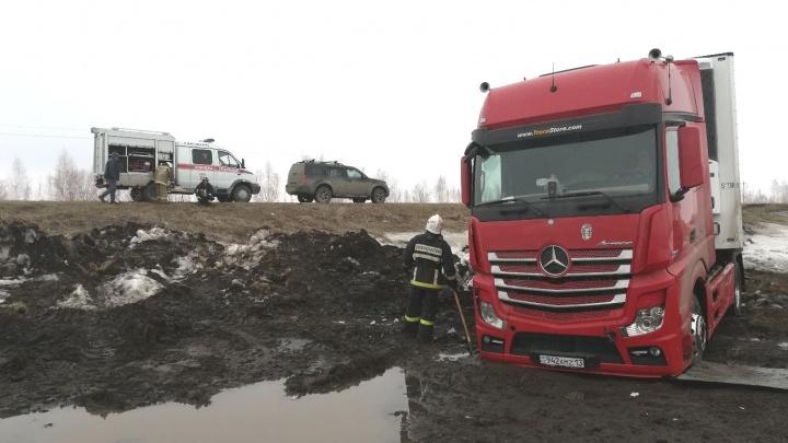 В Самарской области тягач Mersedes-Benz с груженым рефрижератором вылетел в кювет